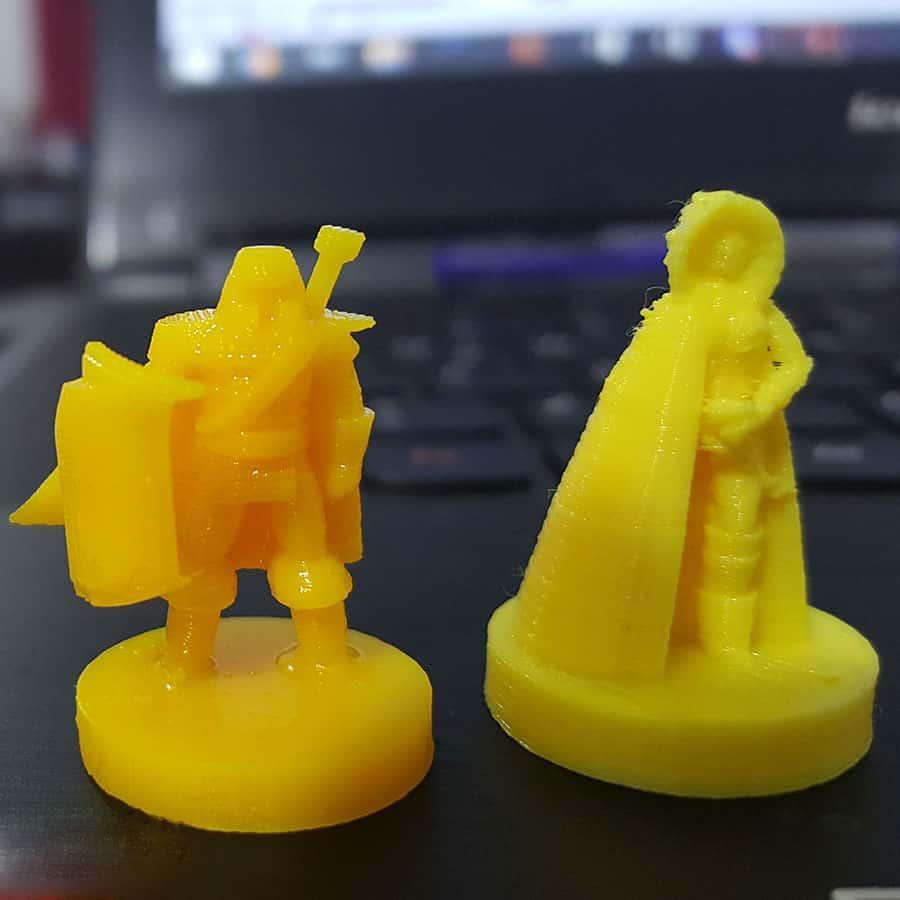 Figuras para d&d sobre un escritorio impresas en 3D